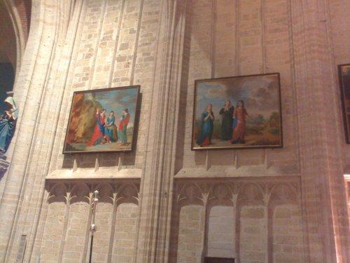 Twee schilderijen van de drie edele maagden die de kerk lieten bouwen.