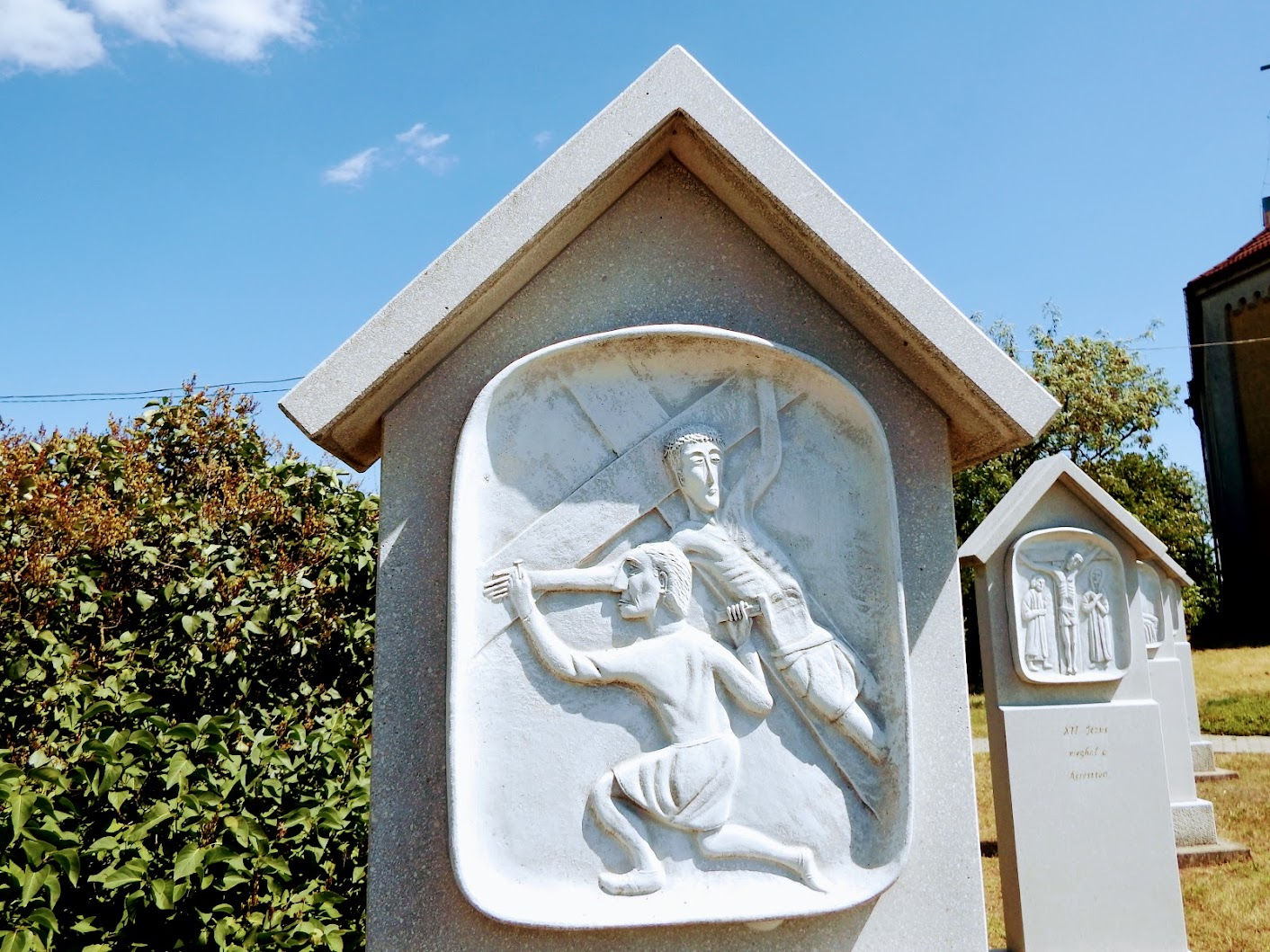 Sukoró - Loyolai Szent Ignác rk. templom és keresztút a templomkertben
