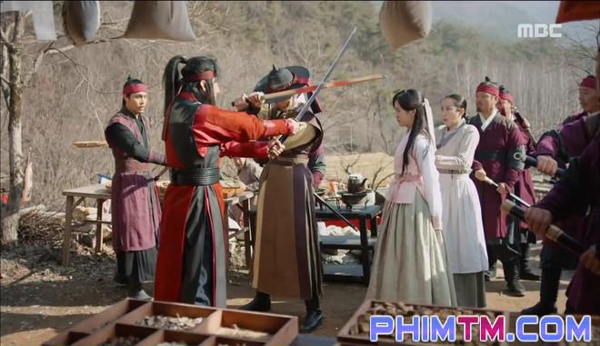 Đố kị với Kim So Hyun, nữ phụ Quân Chủ tự tay xẻo thịt mình - Ảnh 21.