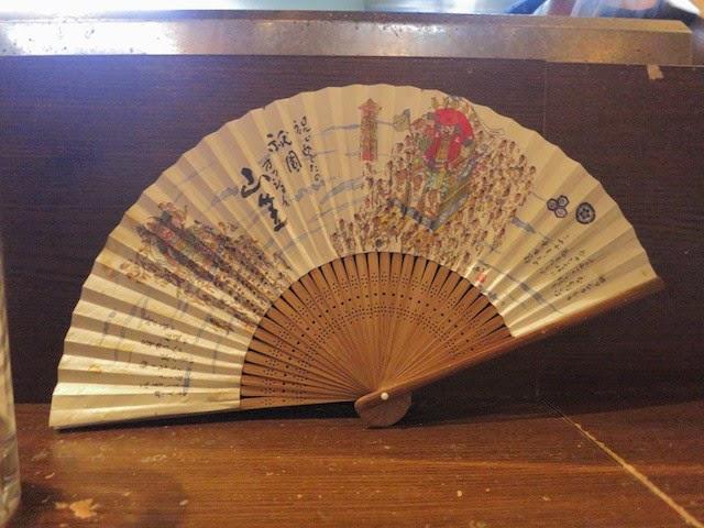 店内に飾られた博多山笠の扇子