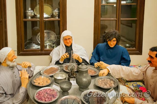 yer sofrasında oturan Gaziantepliler, Mutfak Müzesi