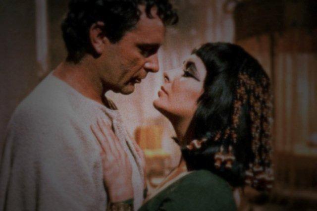Elizabeth Taylor y Richard Burton en la pelicula Cleopatra