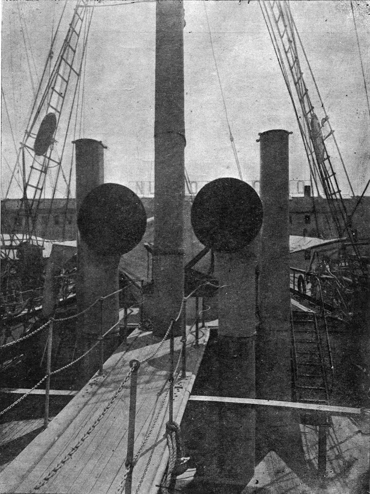 Detalle de la cubierta de la CRISTOBAL LLUSA. Se aprecian los manguerotes de ventilacion y los escapes de los motores.Foro de la revista la Marina Mercante. Numero 32.jpg