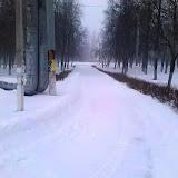 Та же дорога к памятнику погибших воинов, но уже почищенная от снега. Между двумя фотографиями минут 15.