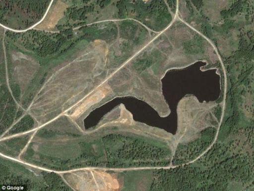 俄羅斯車里雅賓斯克的卡拉恰伊湖。 現在,這個湖泊的湖面大部分區域被混凝土覆蓋。 1990年時,在湖邊站一小時受到的輻射劑量可達到600倫琴,足以讓人喪命。