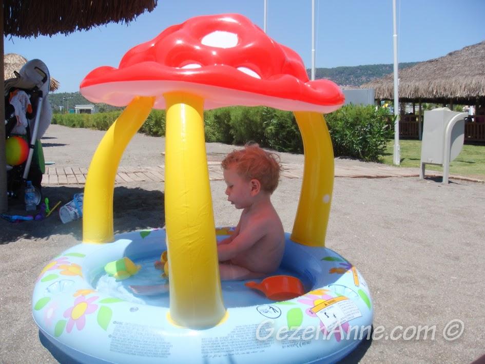 Hilton Dalaman Sarıgerme'de sahilde şişme havuzda oynarken
