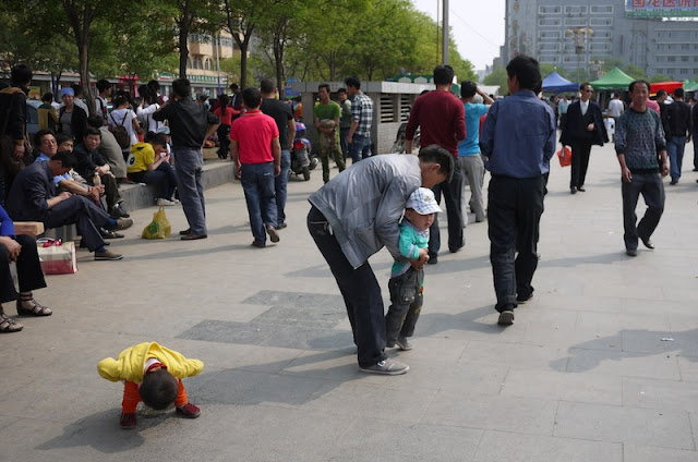 little kid urinating on Nanmen Square in Yinchuan, Ningxia, China