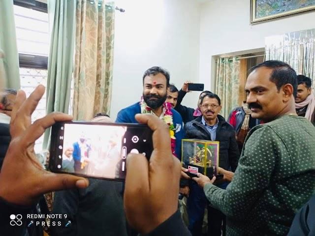 गरौठा विधानसभा से भारतीय जनता पार्टी से टिकट की होड़ में लगे भाजपा के दिग्गज नेता यादवेंद्र प्रताप सिंह ने जनता के बीच जनसंपर्क किया चालू