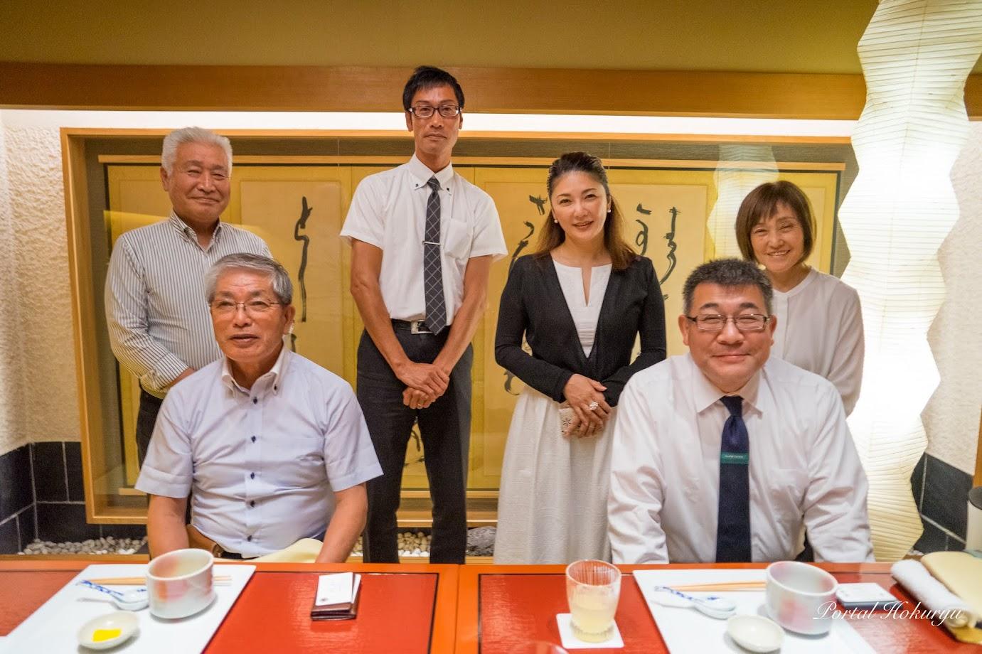 談笑する成川祐子 女将、高田幸男 理事長