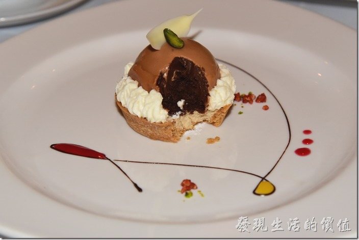 台南-轉角餐廳龍蝦餐廳。甜點,琥珀小蛋糕。一挖開後裡頭冒出了巧克力熔岩,沾著乓邊的蔓越莓醬一起吃,還可以感覺到酒香。