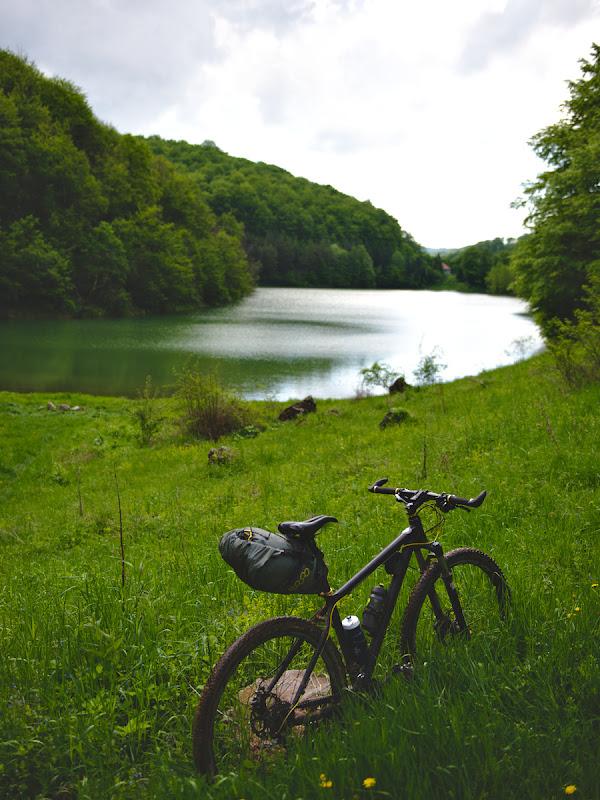 Iezerul Ighiel, unul din putinele lacuri de baraj natural pe calcar din Romania.