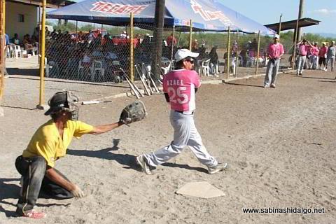 Azael Rodríguez bateando por Japoneses en el softbol del Club Sertoma
