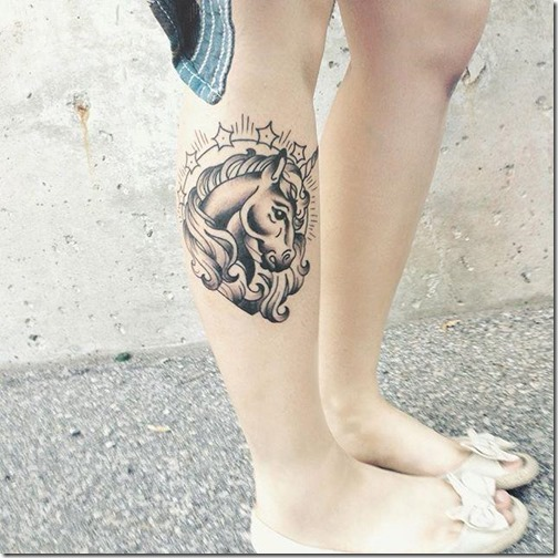 tatuaje_de_unicornio_en_tonos_de_gris_en_la_pierna