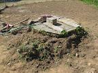 U studny nechal bagr kus země s drny trávy a pampeliškami. O tomto víkendu bylo v plánu tuto studnu pěkně upravit.