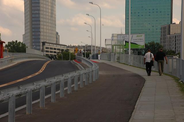 Doga dojazdowa do wiaduktu wykonana z asfaltu. Zwróćcie uwagę na proporcje z chodnikiem.