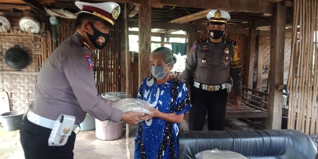 Sambut Hari Bhayangkara Ke 74, Sat Lantas Polres Soppeng Salurkan Paket Sembako Kepada Kaum Dhuafa