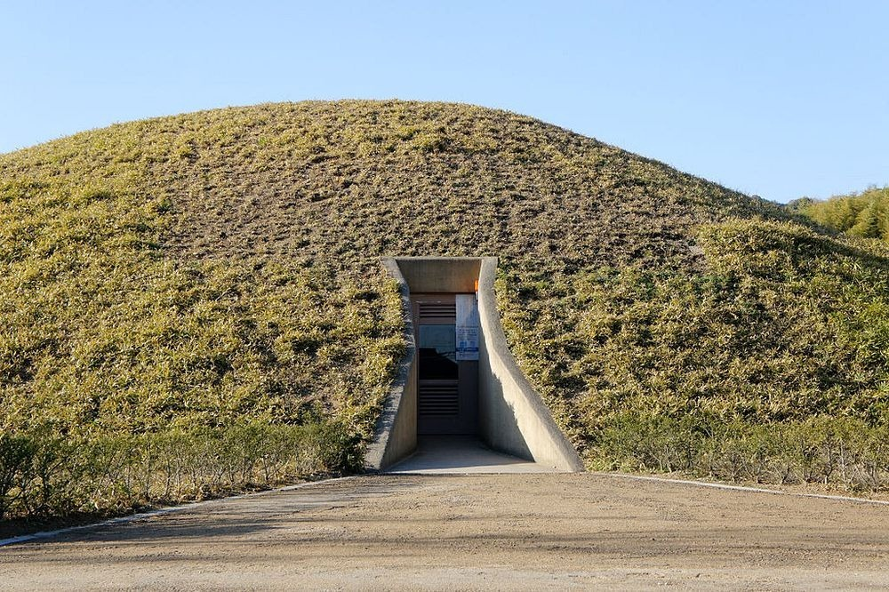 kofun burial mounds in ancient japan Japan has over 100,000 kofun, ancient burial grounds shaped as a keyhole, and there's one - maruyama kofun - smack dab in the middle of tokyo.