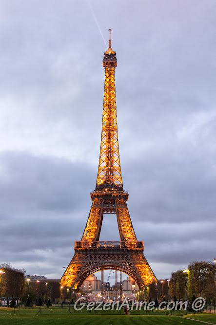 günbatımına doğru Eiffel kulesi manzarası, Paris