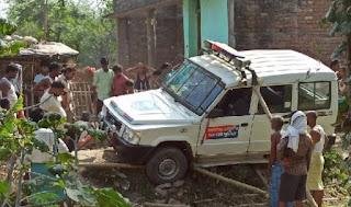 मौत मामले में जांच में गई पतरघट ओपी पुलिस की वाहन पलट