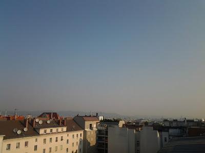Strahlend blauer Himmel über Wien Favoriten, allerdings diesig und schwül. Um 8:25 Uhr hat es bereits 26,1°C und einen Taupunkt von 17,2°C.