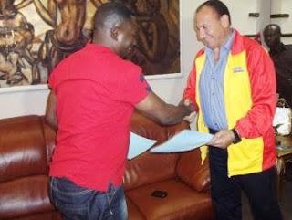 L'entraineur de SM Sanga Balende, Ahmed Abdel Ousmane saluant le président du Club, Alphonse Ngoyi Kasanji