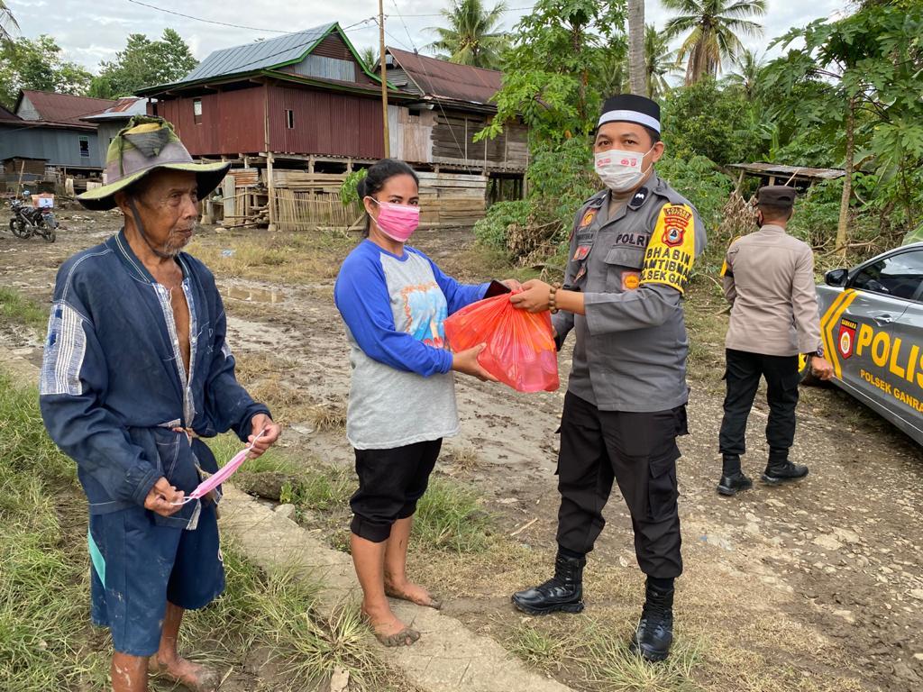 Kapolsek Ganra Bersama Bhabinkamtibmas Giat Pendistribusian Bantuan Sosial Pemerintah Desa Belo