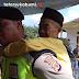 Viral, Polisi Gendong Warga ke TPS di Sukabumi
