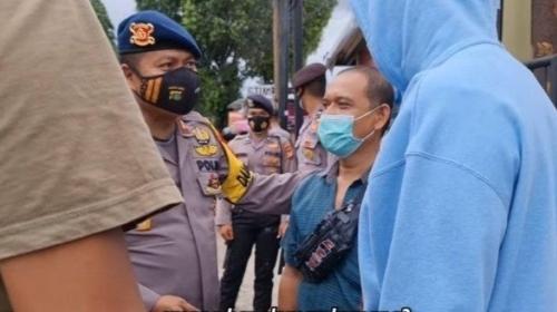 Bagi-bagi Uang, Baim Wong Dicegat Polisi yang Amankan Sidang Habib Rizieq Shihab Gegara Ini.