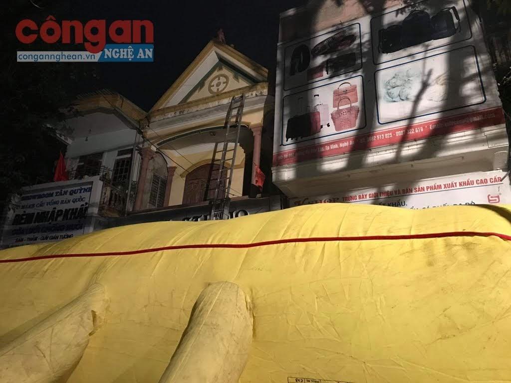 Chủ ngôi nhà hoảng loạn trèo lên mái các ngôi nhà khác liền kề trong khi đó lực lượng PCCC&CNCH căng đệm hơi phía dưới
