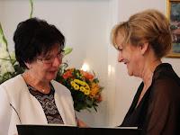 09 -Hecht Anna átveszi az elismerést Czimbalomosné Molnár Évától.JPG