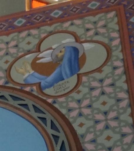 """A inscrição """"Rorate Coeli Desuper"""" significa: """"Derramar o orvalho do céu"""". Encontra-se a figura do profeta Isaías, expressando toda a expectativa do povo de Deus, em face da promessa da vinda do Messias. Cristo é o orvalho a ser derramado dos Céus."""