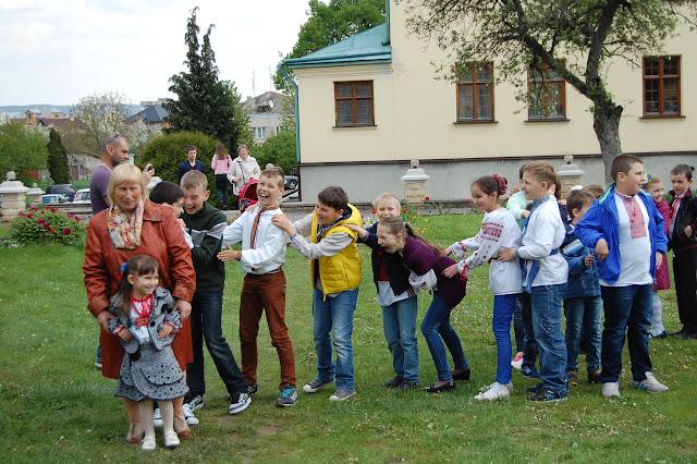 На подвір'ї монастиря водили гаївки. школа Радості м. Золочів. - DSC_0642.JPG