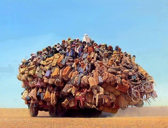 Camión lleno de gente en el desierto