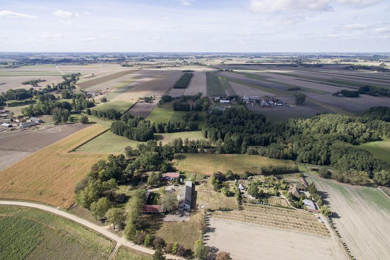wynajem drona zdjęcia z lotu ptaka z drona piękna polska wieś czyli Wroninko koło Płońska z lotu ptaka