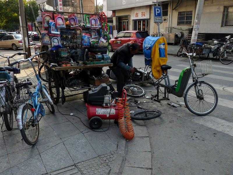 Suzhou.Dans la rue,atelier de réparation de vélos y compris électriques