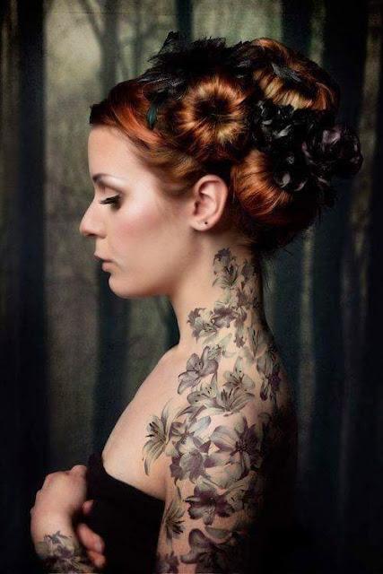 Flores cobrindo o pescoco, ombro e manga tatuagem desenhos para as mulheres