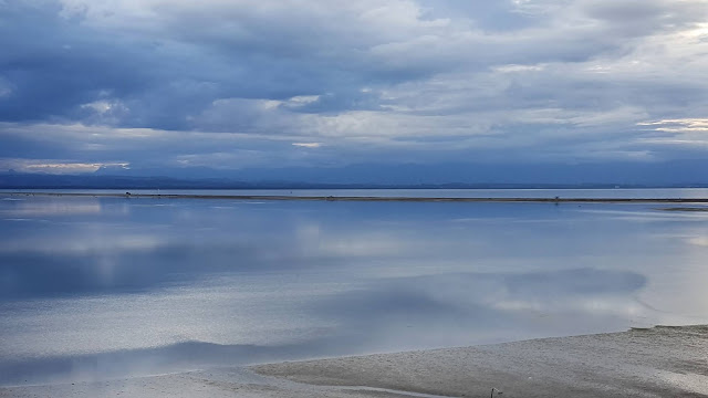 Blue reflections at low tide of the Tasman Bay (Nelson, NZ)