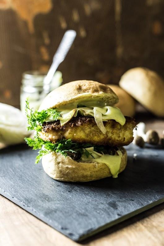 Fiskeburger med syltede sprøde grøntsager, bøgehatte og kørvelmayo - Mikkel Bækgaards Madblog.jpg