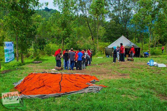 Siswa-siswi sekolah melaksanakan acara perkemahan di kawasan wisata Coban Batu di Kota Batu