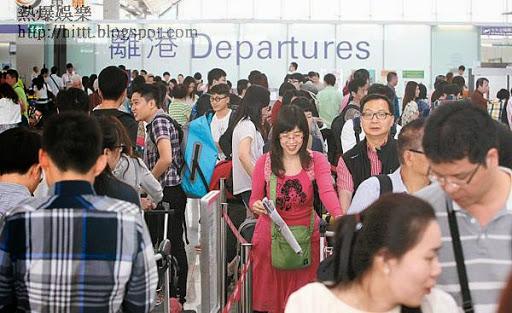 每逢長假期,機場都擠滿外遊的港人。