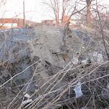 Собственники ГСК 112 столкнули мусор на склоны ручья прямо на растущие декоративные деревья