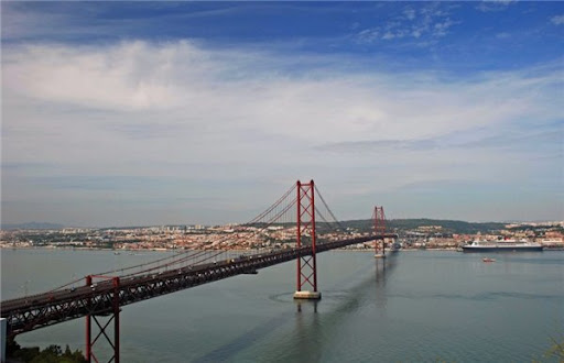 Мост 25 апреля Лиссабон фото