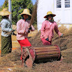 12 Momento di formazione pratica durante un corso di formazione rivolto alle ragazze e donne dei villaggi rurali.jpg