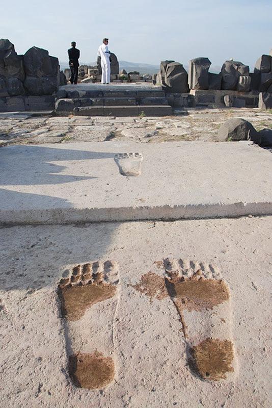 A marca dos Anunnaki Conheça as pegadas GIGANTES de Ain Dara 02