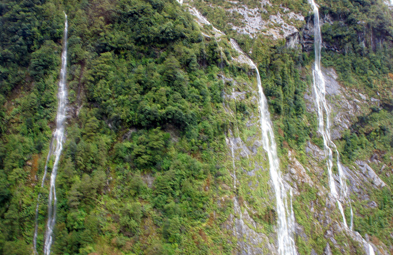 Wie Adern ziehen sich die Wasserfälle an den Steinwänden hinab
