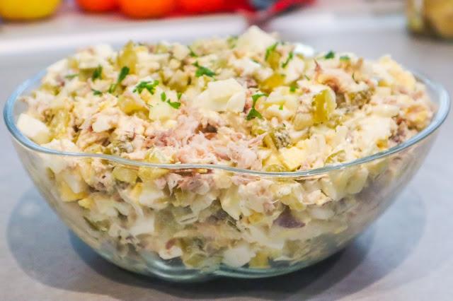 dobra sałatka,łatwa sałatka,sałatki,sałatka z wędzoną makrelą,sałatka z ogórkiem kiszonym,sałatka z jajkami,