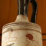 Lécythe (vase à parfum funéraire) - Le mort (?) assis et un éphèbe (Athènes, céramique à fond blanc, vers 430 av. J.-C.)