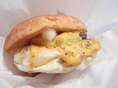 とろけたチーズが溢れ出すハンバーガー