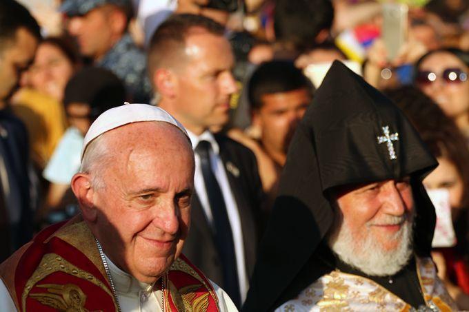 Papież Franciszek w Armenii 2, 25 czerwca 2016 - Pope_with_Catholicos_Ed_Pentin_CNA.jpg