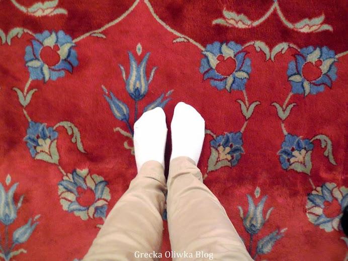 bose stopy na czerwonym dywanie